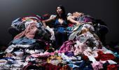 Mujer sentada sobre una pila de ropa