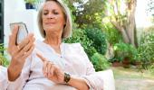 Una mujer mayor usando un teléfono móvil