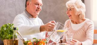 Cómo evitar la deshidratación en verano entre los mayores