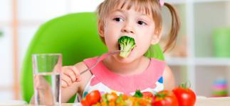 ¿Es saludable para los niños llevar una dieta vegana?