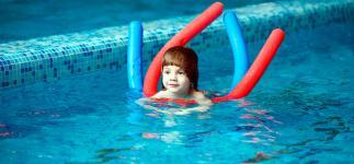 Por qué la natación es buena para los niños con autismo