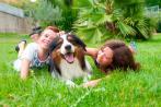 Niños jugando con su perro en el jardín