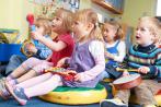 Niños aprenden a tocar instrumentos musicales