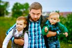Padre helicóptero agarra en brazos a sus hijos
