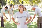 Mujer mayor con camiseta de voluntaria