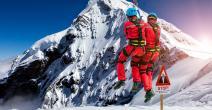 Un hombre llama por radio durante un rescate en la montaña