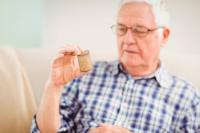 Hombre mayor toma ibuprofeno