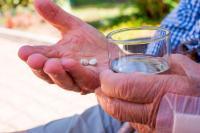 Persona mayor con medicación crónica