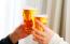Dos personas brindan con cerveza