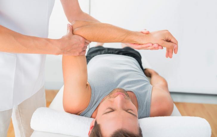 Fisioterapeuta tratando la sinovitis en un paciente