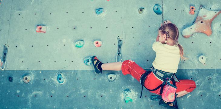 Niña practicando escalada