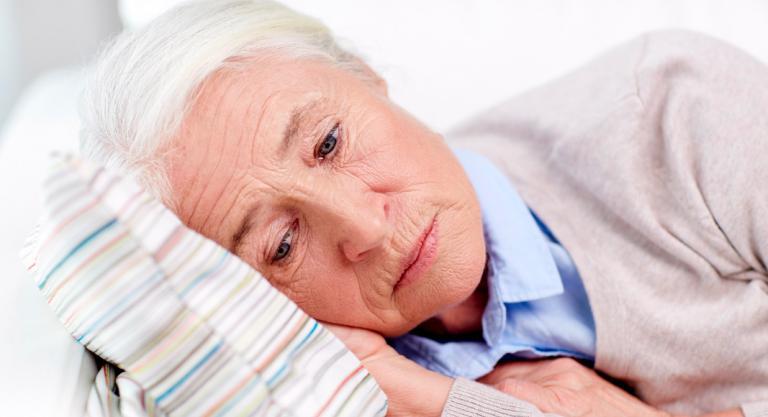 Mujer mayor con insomnio