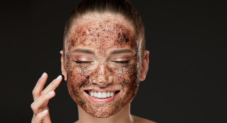 Exfoliante facial con microplásticos