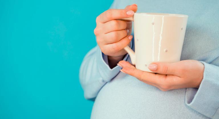 Embarazada tomando una infusión