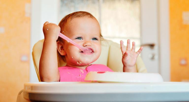 Bebé tomando cereales