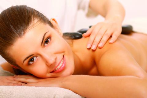 Beneficios de un masaje con piedras calientes