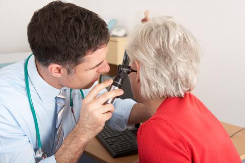 Otorrino examinando el oído a una paciente