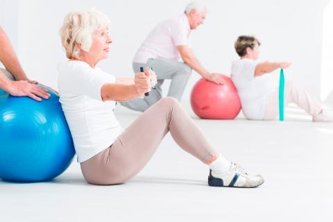 Personas mayores realizando ejercicio físico