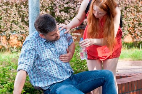 Personne qui donne à boire à une personne affectée par une réaction allergique