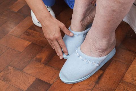 Zapatillas cómodas para las piernas hinchadas