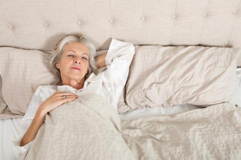 Mujer mayor durmiendo en la cama siguiendo las recomendaciones tras una ruptura de cadera