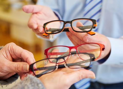 b0103f45 Tipos de monturas de gafas para mayores - Tercera edad