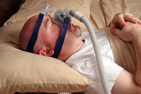 Varón con una mascarilla CPAP