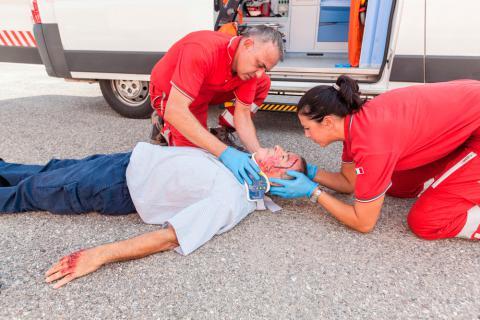 Médecins traitant un homme blessé d'un coup à la tête