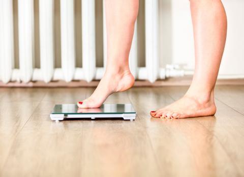 Mujer con cambios de peso provocándole flacidez corporal