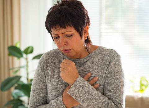 Mujer con síntomas de coronavirus