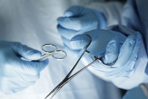 Médico con instrumental quirúrgico