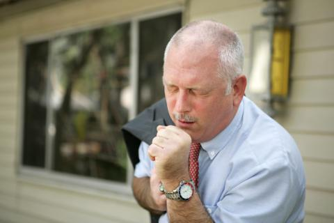 Síntomas de la neumonía en un varón