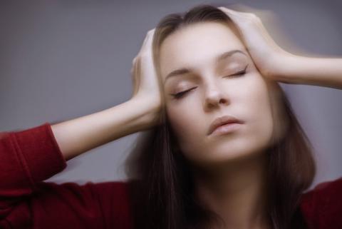 Femme avec des vertiges et des maux de tête