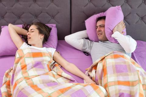 Mujer con apnea del sueño