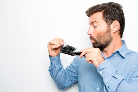 persona con caída del cabello