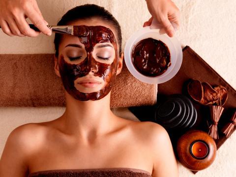 Mujer obteniendo los beneficios de la chocolaterapia