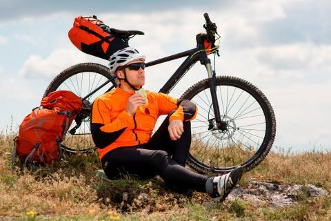 Ciclista comiendo