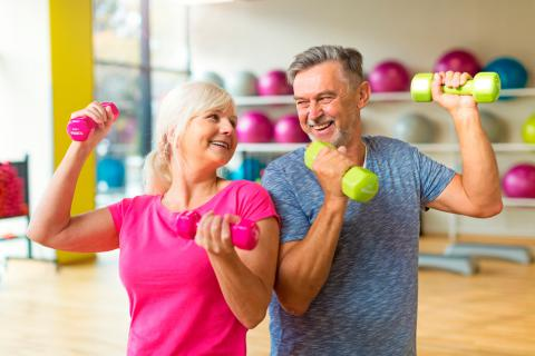 Personas en la madurez realizando ejercicio físico