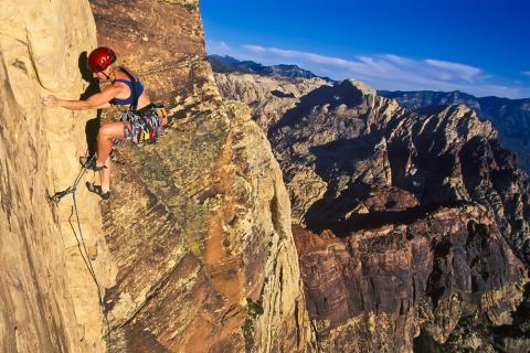 Persona realizando escalada