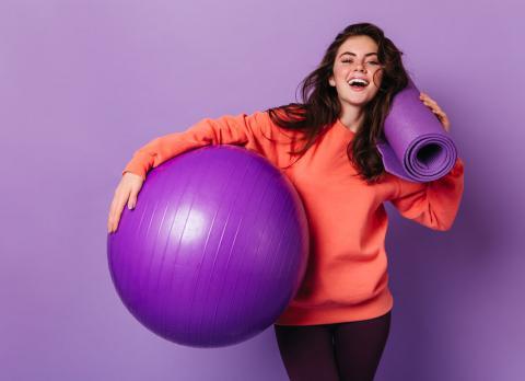 Monitora de fitness con su fitball