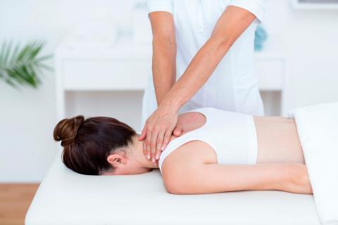 Mujer recibiendo un aliviante masaje sueco