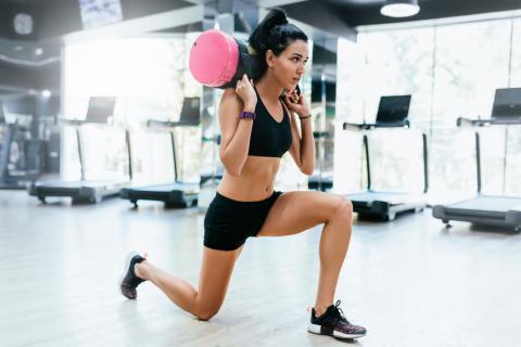 Chica entrenando con el saco búlgaro