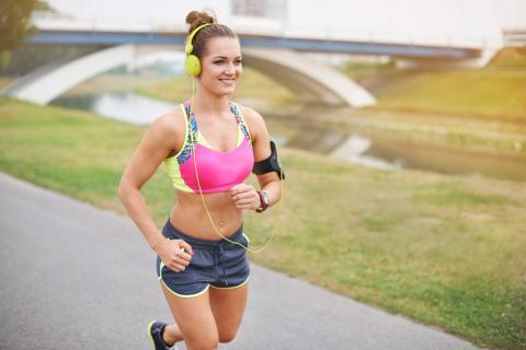 Chica con un sujetador deportivo realizando ejercicio físico