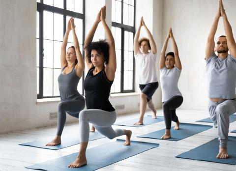 4680587e8 Pareja practicando yoga al aire libre
