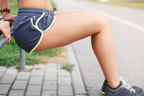 Mujer con dolores del periodo realizando ejercicio para aliviar sus molestias