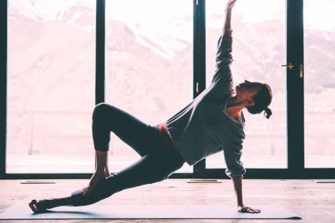 Mujer realizando yoga para evitar la obesidad