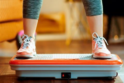 Mujer entrenando con un aparato vibratorio para reducir la inflamación en la diabetes