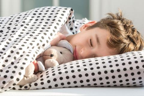 Niño durmiendo temprano