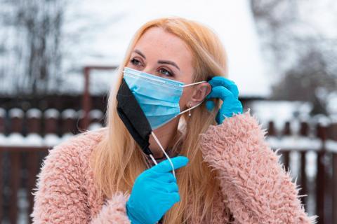 CDC: usar doble mascarilla protege mejor