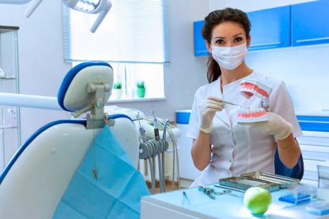 Dentista mostrando implantes dentales